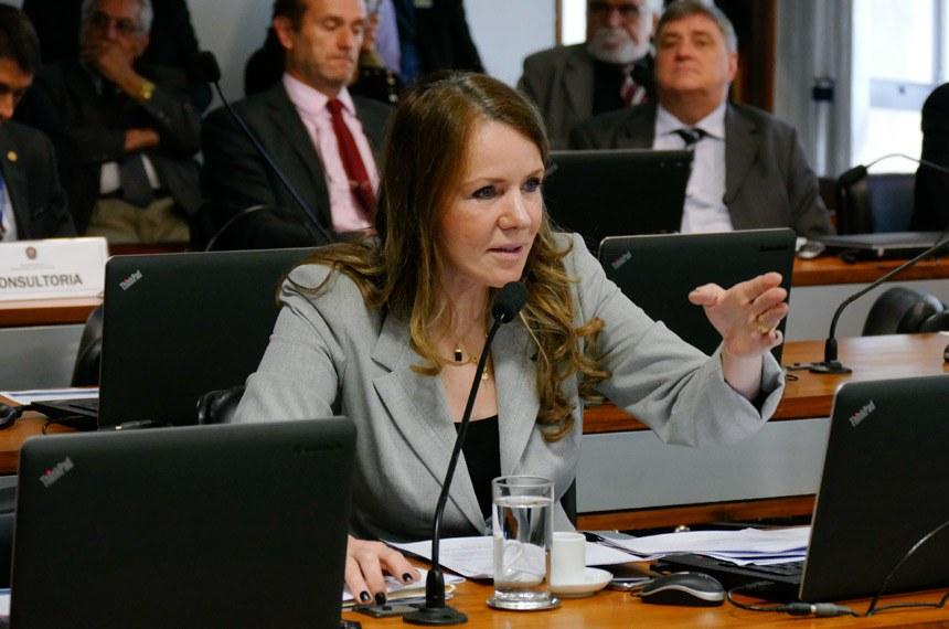 Comissão de Assuntos Sociais (CAS) realiza reunião com 13 itens na pauta. Entre eles, o PLS 274/2012-Complementar, que protege o trabalhador de demissão sem justa causa.  Em pronunciamento, à bancada, senadora Vanessa Grazziotin (PCdoB-AM).  Foto: Roque de Sá/Agência Senado