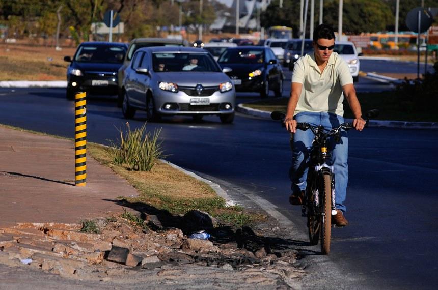 Especial Cidadania - Direitos do pedestre. Personagem: Colaborador do Mobilize, Uirá Lourenço, mostra a dificuldade em andar nas calçadas quebradas de Brasília. Foto: Pedro França/Agência Senado