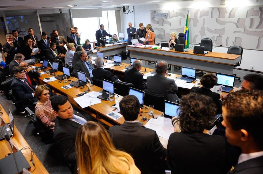 Comissão de Assuntos Sociais (CAS) realiza reunião deliberativa com 15 itens. Na pauta, o SCD 6/2016, que institui o Estatuto da Segurança Privada.   À mesa, presidente da CAS, senadora Marta Suplicy (PMDB-SP).   Foto: Pedro França/Agência Senado