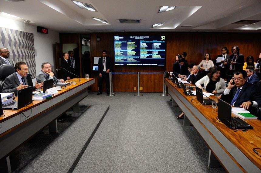 Comissão de Constituição, Justiça e Cidadania (CCJ) realiza reunião deliberativa com 32 itens. Na pauta, o PLS 186/2014, que regulamenta a exploração de jogos de azar.  Mesa:  presidente da CCJ, senador Edison Lobão (PMDB-MA); senador Roberto Rocha (PSDB-MA).  Foto: Marcos Oliveira/Agência Senado