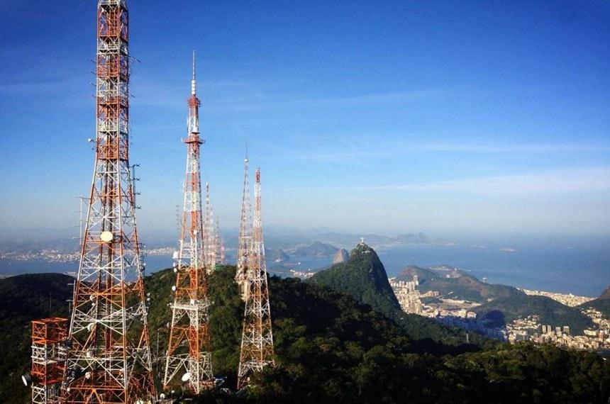 Número de antenas dentro do Parque Nacional da Tijuca será reduzido  Foto: Antenas no Sumaré. Foto: Divulgação/OEco