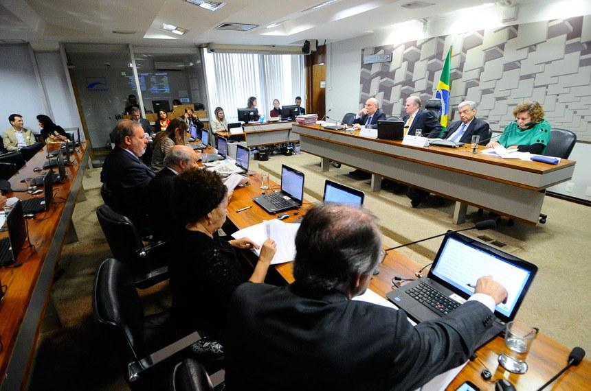 Comissão de Assuntos Econômicos (CAE) realiza reunião para apreciação do relatório de avaliação do Simples Nacional.    Mesa: senador Flexa Ribeiro (PSDB-PA); presidente da CAE, senador Tasso Jereissati (PSDB-CE); vice-presidente da CAE, senador Garibaldi Alves Filho (PMDB-RN); senadora Lúcia Vânia (PSB-GO).  Foto: Geraldo Magela/Agência Senado