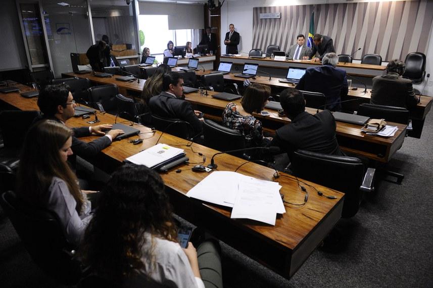 Comiss�o de Meio Ambiente (CMA) realiza reuni�o com 2 itens. Na pauta, o PLS 284/2014, que amplia acesso de empresas a �t�tulos verdes�.� mesa, presidente da CMA, senador Davi Alcolumbre (DEM-AP).Foto: Marcos Oliveira/Ag�ncia Senado
