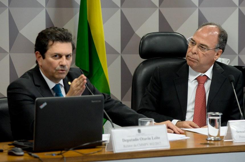 Comissão Mista da Medida Provisória nº 802, de 2017, que dispõe sobre o Programa Nacional de Microcrédito Produtivo Orientado, realiza reunião para apreciação de relatório.  Mesa:  relator da CMMPV 802/2017, deputado Otavio Leite (PSDB-RJ);  presidente da CMMPV 802/2017, senador Fernando Bezerra Coelho (PMDB-PE).  Foto: Jefferson Rudy/Agência Senado
