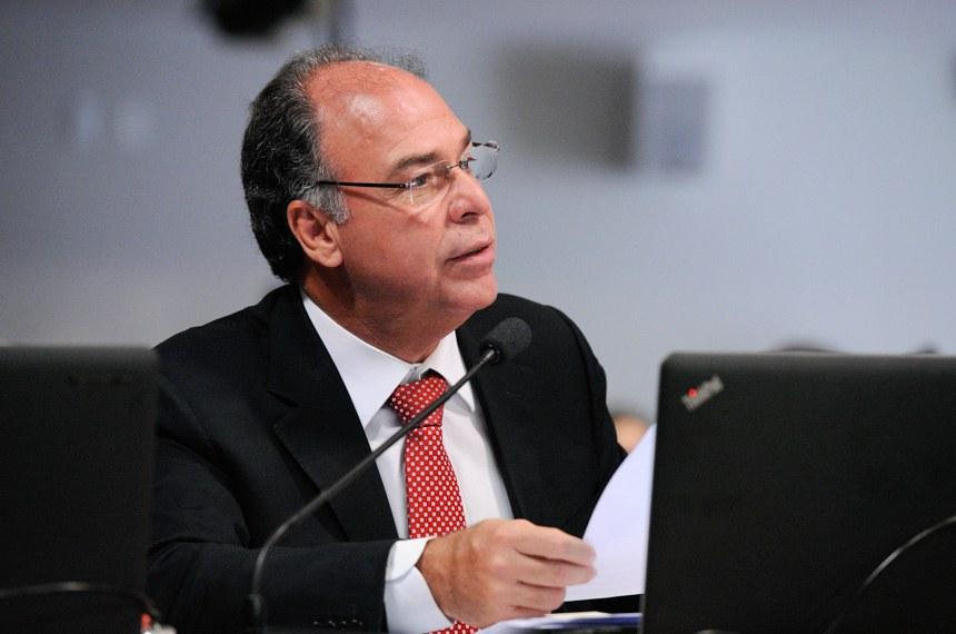 Comissão de Assuntos Econômicos (CAE) realiza sabatina de indicada para o cargo de conselheira do Conselho Administrativo de Defesa Econômica (Cade).  Em pronunciamento, à bancada, senador Fernando Bezerra Coelho (PMDB-PE).  Foto: Edilson Rodrigues/Agência Senado