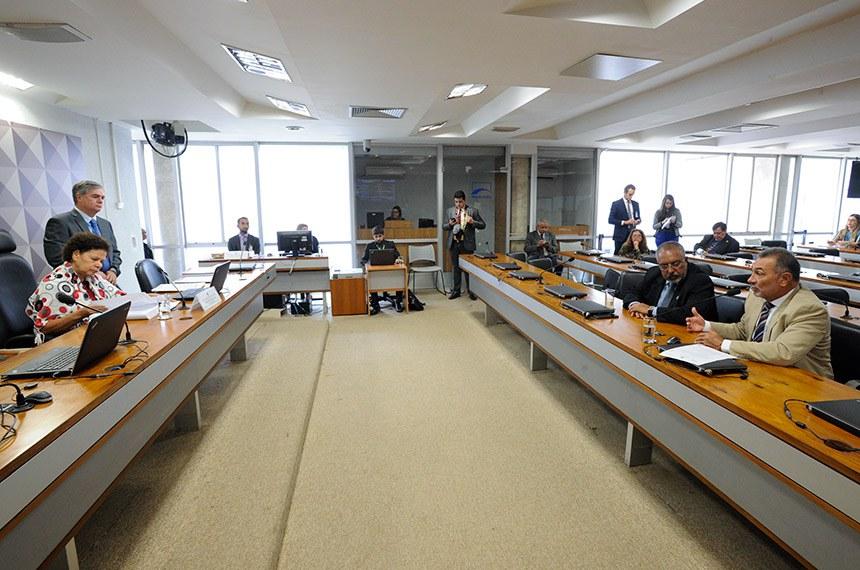 Comissão de Direitos Humanos e Legislação Participativa (CDH) realiza reunião deliberativa com 16 itens. Entre eles, o PLS 382/2011, que trata da instalação de brinquedos adaptados para crianças com deficiência ou mobilidade reduzida.  Mesa: presidente da CDH, senadora Regina Sousa (PT-PI).  Bancada: senador Paulo Paim (PT-RS); senador Telmário Mota (PDT-RR).   Foto: Edilson Rodrigues/Agência Senado