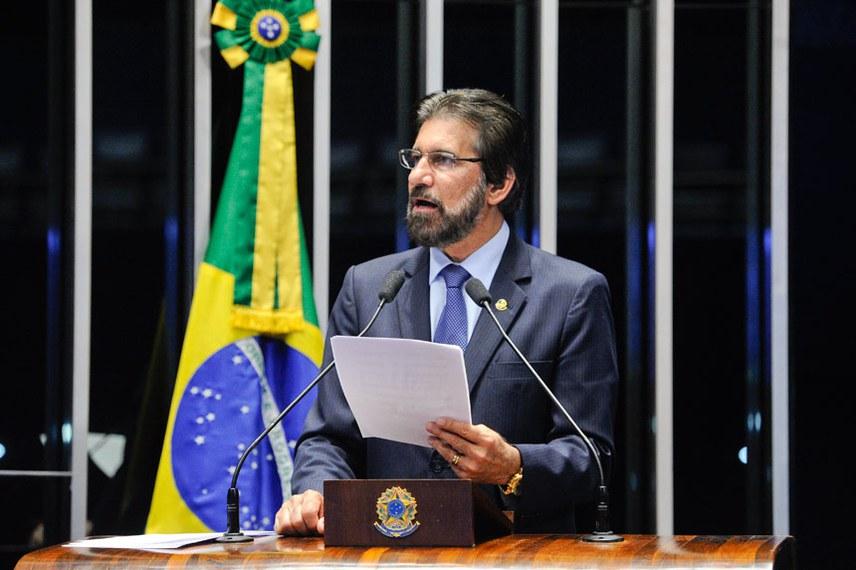 Plenário do Senado Federal durante sessão deliberativa ordinária.   Em pronunciamento, à tribuna, senador Valdir Raupp (PMDB-RO).  Foto: Marcos Oliveira/Agência Senado