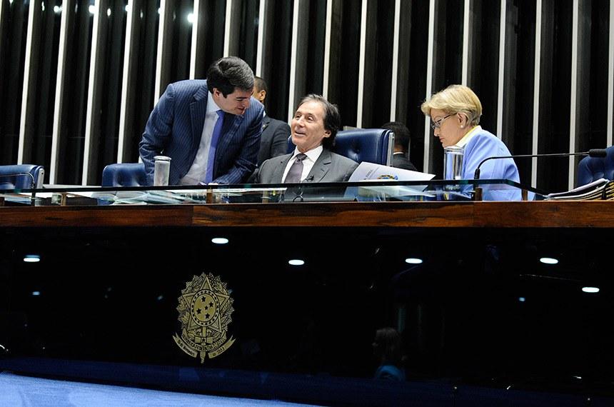 Plenário do Senado Federal durante sessão deliberativa extraordinária.   Mesa: presidente do Senado, senador Eunício Oliveira (PMDB-CE);  senadora Ana Amélia (PP-RS).  Foto: Marcos Oliveira/Agência Senado