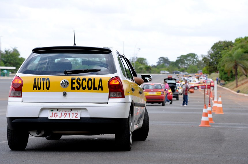 Percurso de carros de auto-escola no estacionamento do Estádio Nacional Mané Garrincha.