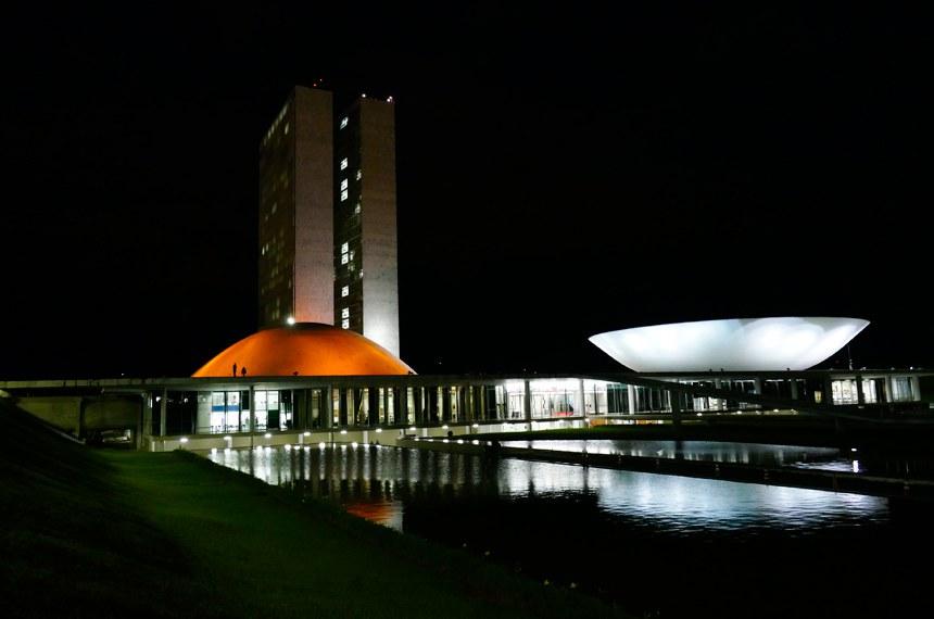 Congresso Nacional recebe iluminação nas cores laranja e azul escuro, em alusão ao Dia Mundial do Câncer, celebrado no dia 04 de fevereiro. A mobilização foi articulada pela ONG Recomeçar - Associação de Mulheres Mastectomizadas de Brasília.  Foto: Roque de Sá/Agência Senado