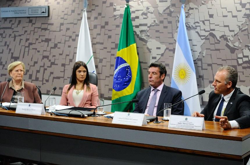 Grupo Parlamentar Brasil-Argentina (GPARGENTINA) realiza audiência pública para discutir criação de organismo bilateral de metrologia, com a presença, entre outros, do embaixador da Argentina.  Mesa: 2ª vice-presidente da GPARGENTINA, senadora Ana Amélia (PP-RS); 1ª vice presidente da GPARGENTINA, deputada Bruna Furlan (PSDB-SP); embaixador da República Argentina no Brasil, Carlos Alfredo Magariños; coordenador-geral de negociações extrarregionais do Departamento de Negociações Internacionais do Ministério da Indústria, Comércio Exterior e Serviços (MDIC), André Marcos Favero.  Foto: Marcos Oliveira/Agência Senado