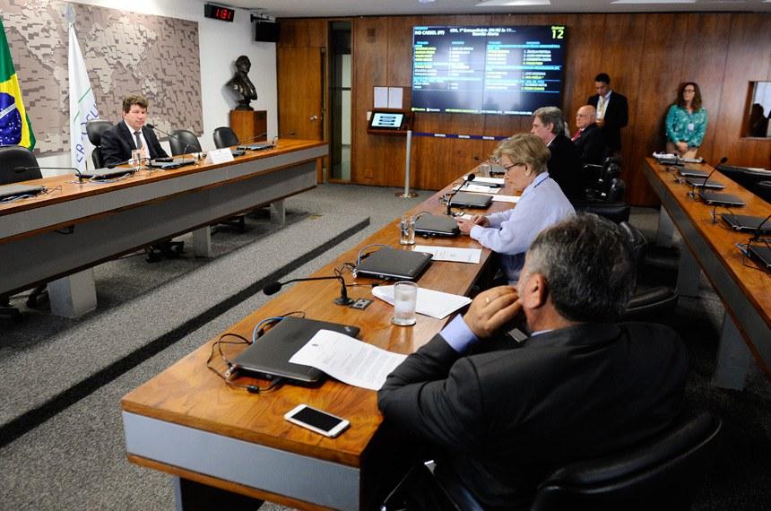 Comissão de Agricultura e Reforma Agrária (CRA) realiza reunião para definição dos trabalhos para 2018.  À mesa, presidente da CRA, senador Ivo Cassol (PP-RO).  Bancada: senador Lasier Martins (PSD-RS); senador Elmano Férrer (PMDB-PI); senador Dário Berger (PMDB-SC); senadora Ana Amélia (PP-RS).  Foto: Marcos Oliveira/Agência Senado