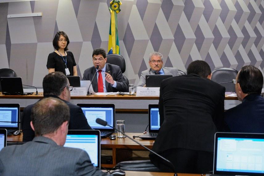 Comissão Mista da Medida Provisória (CMMPV) nº 800, de 2017, que estabelece as diretrizes para a reprogramação de investimentos em concessões rodoviárias federais, realiza reunião deliberativa para continuidade de relatório.   Mesa:  presidente da CMMPV 800/2017, senador Cidinho Santos (PR-MT);  relator da CMMPV 800/2017, deputado José Rocha (PR-BA).  Foto: Waldemir Barreto/Agência Senado