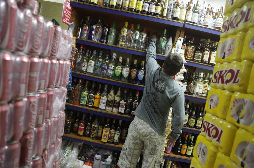 Movimento em bar e distribuidora de bebidas alcoólicas em Brasília - DF.  Fotos produzidas para utilização em matéria sobre bebidas alcoólicas e alcoolismo.