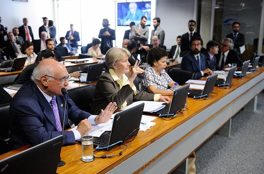 Comissão de Agricultura e Reforma Agrária (CRA) realiza reunião com 6 itens. Na pauta, o PLC 88/2014, que diminui custos e burocracia para produtores de flores ornamentais.  Bancada: senador Lasier Martins (PSD-RS); senadora Ana Amélia (PP-RS);  senadora Regina Sousa (PT-PI); senador Valdir Raupp (PMDB-RO); senador José Medeiros (Pode-MT);   senador Ronaldo Caiado (DEM-GO).  Foto: Marcos Oliveira/Agência Senado