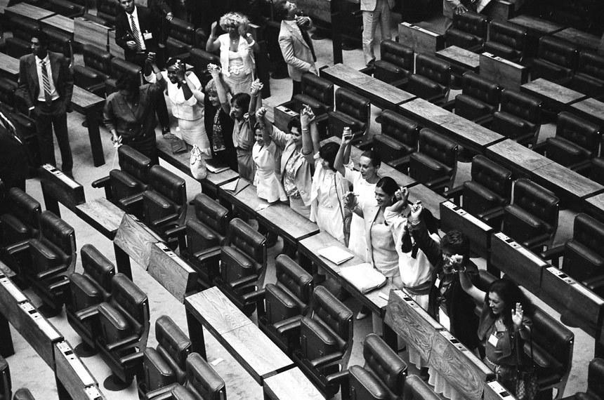 Grupo de deputadas mulheres constituintes de braços dados  Foto: Fernando Bizerra/Arquivo BG Press