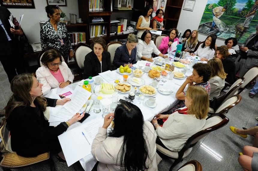 Bancada feminina do Senado Federal e algumas deputadas reúnem-se em um café da manhã no gabinete da senadora Vanessa Grazziotin (PCdoB-AM), para discutir agenda prioritária de 2018.  Participam: senadora Rose de Freitas (PMDB-ES); senadora Fátima Bezerra (PT-RN); senadora Gleisi Hoffmann (PT-PR); senadora Lídice da Mata (PSB-BA); senadora Maria do Carmo (DEM-SE);  senadora Regina Sousa (PT-PI); procuradora Especial da Mulher do Senado, senadora Vanessa Grazziotin (PCdoB-AM); deputada Gorete Pereira (PR-CE); deputada Jô Moraes (PCdoB-MG); diretora-geral do Senado Federal, Ilana Trombka.  Foto: Edilson Rodrigues/Agência Senado
