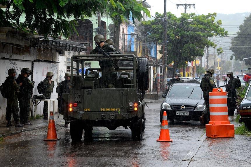 Rio de Janeiro - Forças Armadas fazem operação conjunta em comunidades do Rio. (Tânia Rêgo/Agência Brasil)