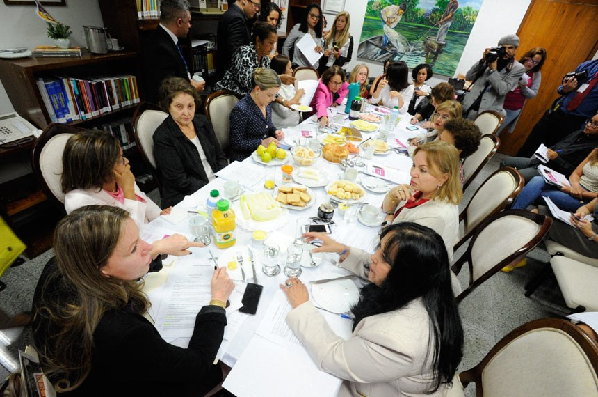 Bancada feminina do Senado Federal e algumas deputadas reúnem-se em um café da manhã no gabinete da senadora Vanessa Grazziotin (PCdoB-AM), para discutir agenda prioritária de 2018.  Participam: procuradora Especial da Mulher do Senado, senadora Vanessa Grazziotin (PCdoB-AM); deputada Jô Moraes (PCdoB-MG); senadora Rose de Freitas (PMDB-ES);  deputada Gorete Pereira (PR-CE); senadora Lídice da Mata (PSB-BA); senadora Maria do Carmo (DEM-SE);  senadora Regina Sousa (PT-PI); senadora Gleisi Hoffmann (PT-PR).  Foto: Edilson Rodrigues/Agência Senado