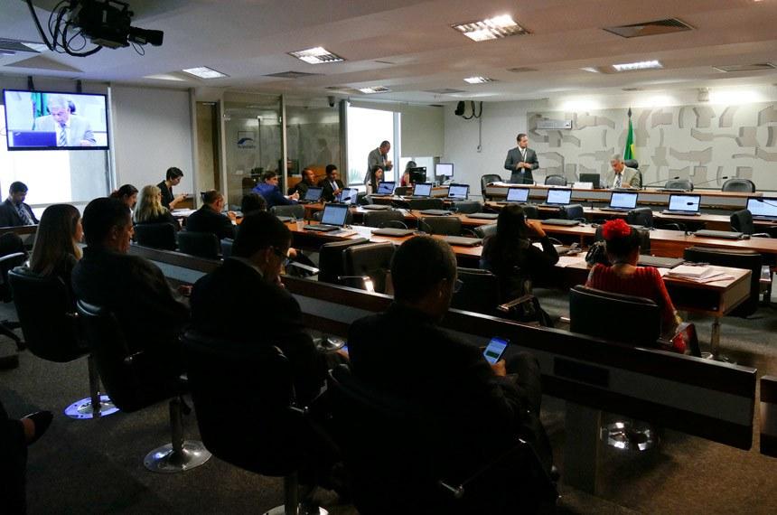 Comissão de Meio Ambiente (CMA) realiza reunião deliberativa com 15 itens. Na pauta, o PLS 63/2017, que agrava a pena para quem extrai recursos minerais sem autorização. Foto: Roque de Sá/Agência Senado