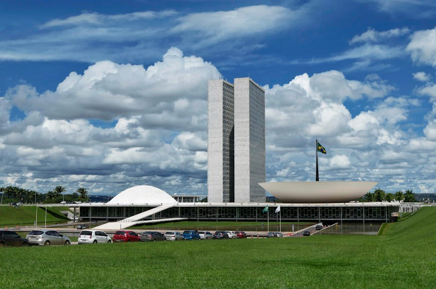 Fachada do Palácio do Congresso Nacional, a sede das duas Casas do Poder Legislativo brasileiro.  As cúpulas abrigam os plenários da Câmara dos Deputados (côncava) e do Senado Federal (convexa), enquanto que nas duas torres - as mais altas de Brasília, com 100 metros - funcionam as áreas administrativas e técnicas que dão suporte ao trabalho legislativo diário das duas instituições.  Obra do arquiteto Oscar Niemeyer.   Foto: Roque de Sá/Agência Senado