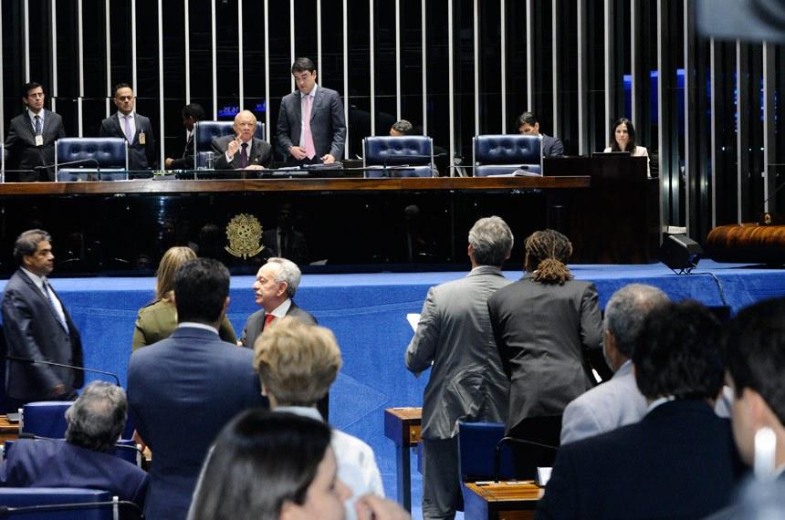 Plenário do Senado Federal durante sessão deliberativa ordinária. Ordem do dia.  Senador João Alberto Souza (PMDB-MA) à mesa.  Foto: Waldemir Barreto/Agência Senado