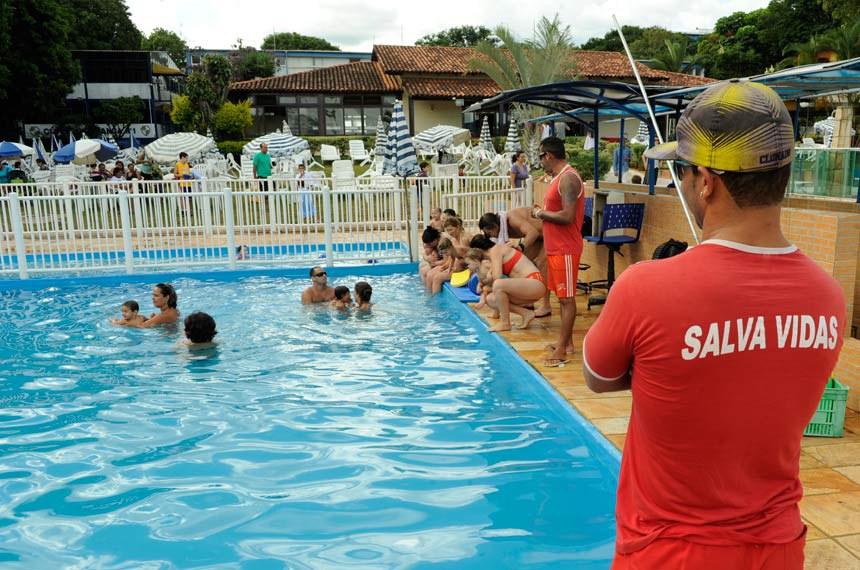 Salva-vidas acompanha pais e filhos na piscina do Clube Social Unidade Vizinhaça Asa Sul.  Salva-vidas ou Guarda-Vida é o profissional que treinou para evitar afogamentos com a finalidade de preservar a vida dos banhistas que se envolvem em situação crítica no mar, rio ou piscina.