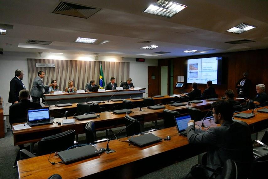 Comissão Senado do Futuro (CSF) realiza audiência interativa para tratar sobre a crise hídrica e a importância do Fórum Mundial da Água 2018.  Mesa: assessora de meio ambiente e recursos hídricos da Caesb, Raquel Brostel; representante da Companhia Saneamento de Goiás (Saneago), Livia Maria Dias; presidente da CSF, senador Hélio José (PMDB-DF); superintendente adjunto de regulação da Agência Nacional de Águas (ANA), Patrick Thomas; vice-presidente executivo da Associação Brasileira da Infraestrutura e Indústrias de Base (Abdib), Ralph Lima.  Foto: Roque de Sá/Agência Senado