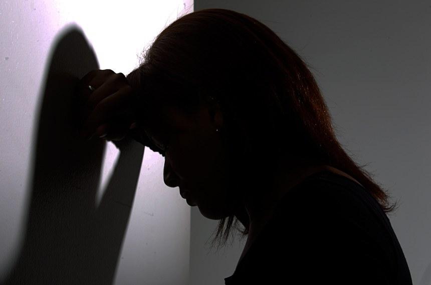Violência contra mulher. Juliana Rodrigues Dias, vítima de violência doméstica, posa para foto.Crédito: Pablo Valadares/Agência Senado