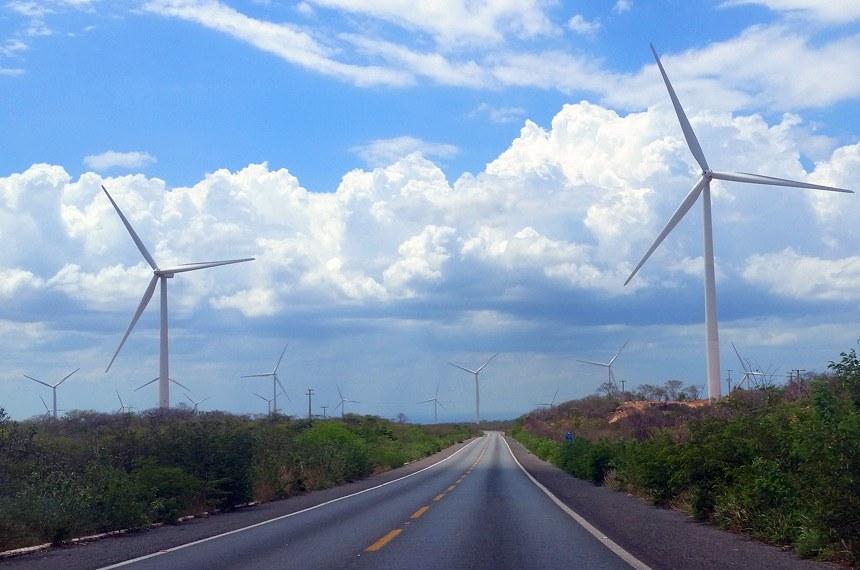 Por meio das turbinas eólicas do gerador a energia recebida dos ventos se converte em energia mecânica rotacional. Em seguida o gerador converte a energia mecânica recebida pela caixa de engrenagens ou diretamente, em eletro-mecânica que produz a energia elétrica. A energia elétrica do gerador eólico pode ter sua injeção diretamente na rede elétrica, em geral em grandes aerogeradores, ou mesmo nos sistemas isolados, aerogeradores de porte pequeno. O eixo de um cata-vento é integrado a um gerador elétrico para fazer a conversão da energia eólica em energia elétrica.
