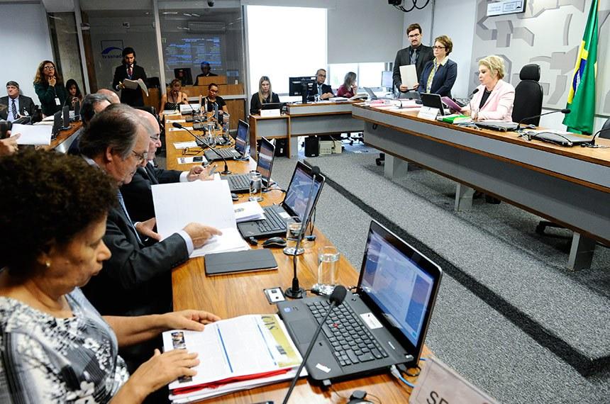 Comissão de Assuntos Sociais (CAS) realiza  reunião deliberativa com 11 itens. Entre eles, o PLS 360/2014 que determina que conste o valor energético no rótulo de bebida alcoólica.  À mesa, presidente da CAS, senadora Marta Suplicy (PMDB-SP).  Bancada: senadora Regina Sousa (PT-PI); senador Dalírio Beber (PSDB-SC);  senador Flexa Ribeiro (PSDB-PA);  senador Waldemir Moka (PMDB-MS).  Foto: Pedro França/Agência Senado