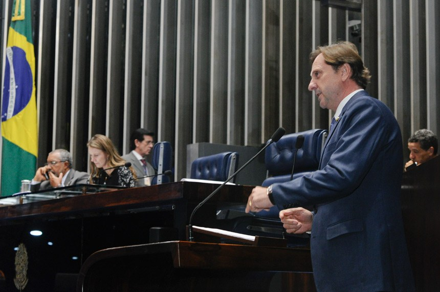 Plenário do Senado Federal durante sessão não deliberativa.   Em discurso, à tribuna, senador Acir Gurgacz (PDT-RO).  Mesa: senador Paulo Paim (PT-RS);  senadora Vanessa Grazziotin (PCdoB-AM).  Foto: Waldemir Barreto/Agência Senado