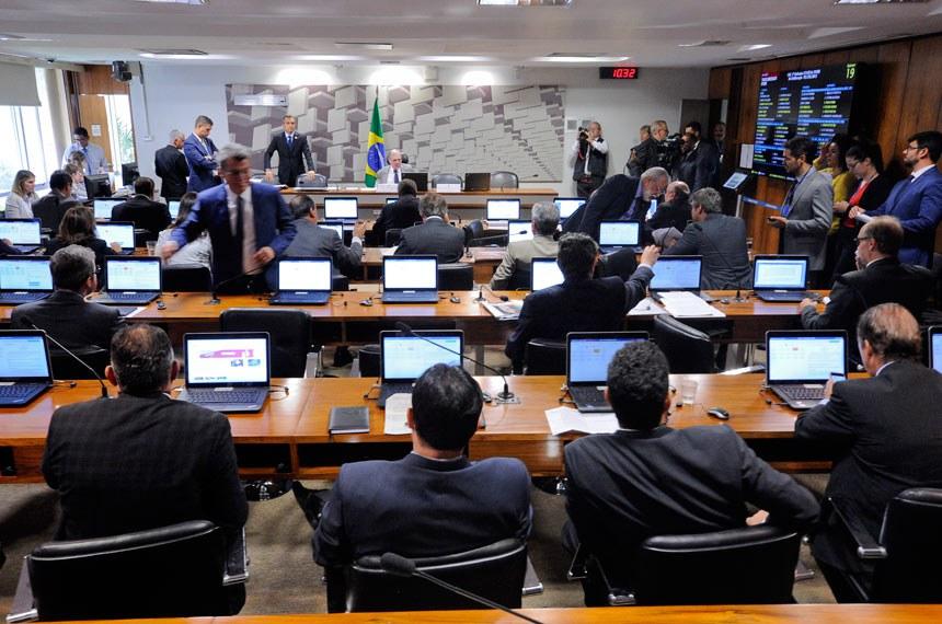 Comissão de Assuntos Econômicos (CAE) realiza reunião com 15 itens na pauta. Entre eles, o PLS 629/2011, que inclui rádios comunitárias na Lei de Incentivo à Cultura. Na sequência, apreciação do relatório de avaliação de políticas públicas de conteúdo local em quatro setores.  À mesa, presidente da CAE, senador Tasso Jereissati (PSDB-CE).  Foto: Edilson Rodrigues/Agência Senado