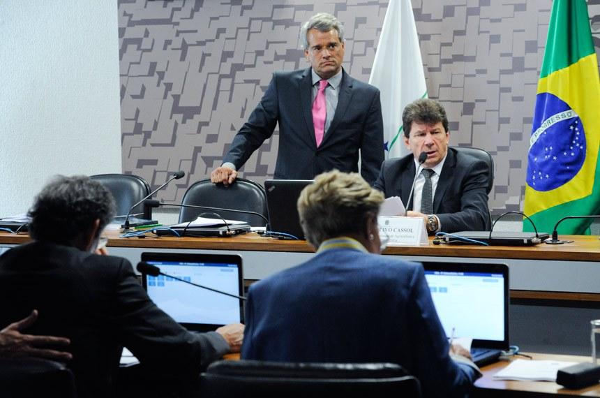 Comissão de Agricultura e Reforma Agrária (CRA) realiza reunião com 7 itens. Na pauta, o PLC 88/2014, que diminui custos e burocracia para produtores de flores ornamentais.  À mesa, presidente da CRA, senador Ivo Cassol (PP-RO).  Foto: Geraldo Magela/Agência Senado