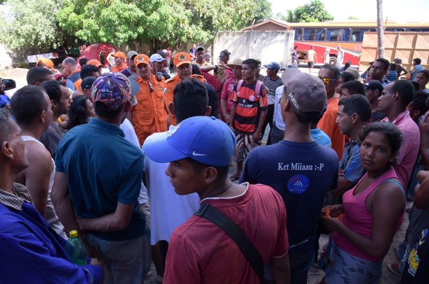 Transferencia-de-venezuelanos-para-abrigoFoto: Eides Antonelli/Secom-RR28-10-2017-4O Governo de Roraima transferiu na manhã deste sábado, 28, aproximadamente 380 imigrantes venezuelanos, que estavam vivendo na área externa da Rodoviária Internacional de Boa Vista, para abrigo no Ginásio Tancredo Neves. Somando a esse número os refugiados abrigados no Centro de Referência ao Imigrante, do bairro Pintolândia, o Estado passa a dar assistência a cerca de mil refugiados vindos da Venezuela.