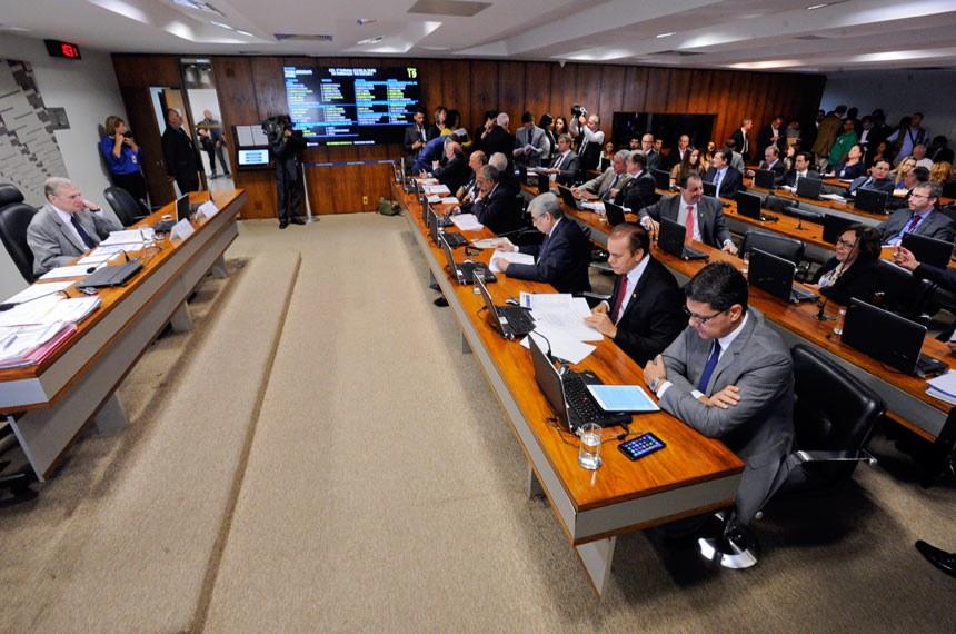 Comissão de Assuntos Econômicos (CAE) realiza reunião com 15 itens na pauta. Entre eles, o PLS 629/2011, que inclui rádios comunitárias na Lei de Incentivo à Cultura. Na sequência, apreciação do relatório de avaliação de políticas públicas de conteúdo local em quatro setores. À mesa, presidente da CAE, senador Tasso Jereissati (PSDB-CE). Bancada:senador Ricardo Ferraço (PSDB-ES);senador Ataídes Oliveira (PSDB-TO);senador Garibaldi Alves Filho (PMDB-RN);senador Paulo Paim (PT-RS);senador Airton Sandoval (PMDB-SP); senador Pedro Chaves (PRB-MS); senador Flexa Ribeiro (PSDB-PA);Foto: Edilson Rodrigues/Agência Senado