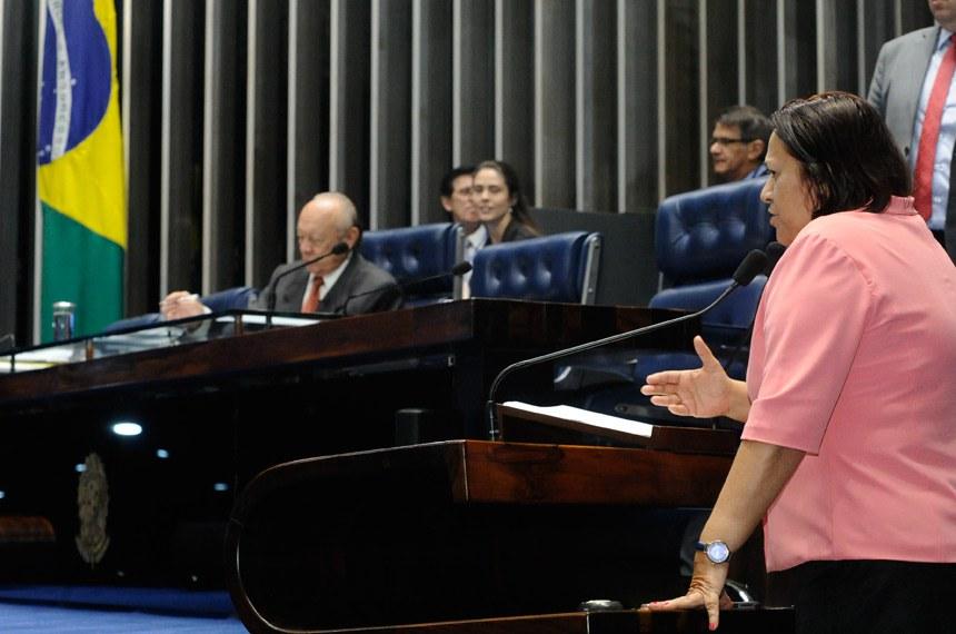 Plenário do Senado Federal durante sessão deliberativa ordinária.   Em discurso, à tribuna, senadora Fátima Bezerra (PT-RN).  À mesa, senador João Alberto Souza (PMDB-MA).  Foto: Waldemir Barreto/Agência Senado