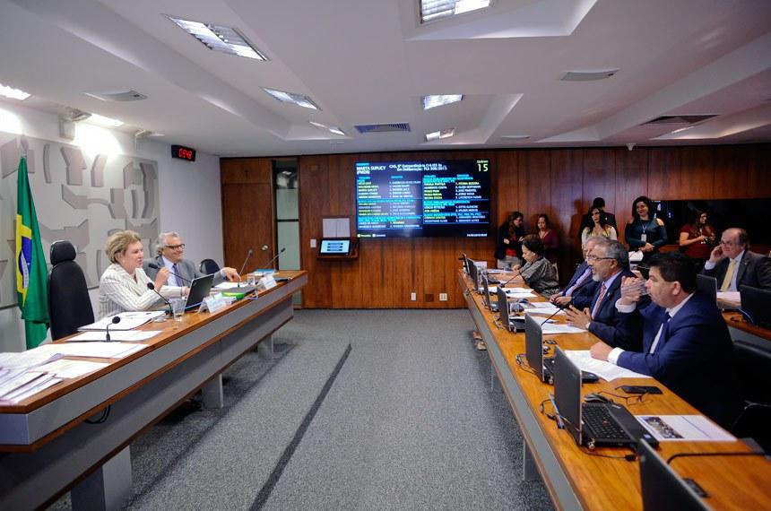 Comissão de Assuntos Sociais (CAS) realiza reunião deliberativa com 14 itens na pauta. Entre eles, o PLS 122/2013, que autoriza crédito para material escolar a beneficiários do Bolsa Família.  À mesa: presidente da CAS, senadora Marta Suplicy (PMDB-SP);  vice-presidente da CAS, senador Ronaldo Caiado (DEM-GO).  À bancada: senadora Regina Sousa (PT-PI); senador Airton Sandoval (PMDB-SP);  senador Paulo Paim (PT-RS);  senador Cidinho Santos (PR-MT);  senador Dalírio Beber (PSDB-SC);   Foto: Pedro França/Agência Senado