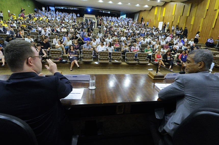 Comissão de Direitos Humanos e Legislação Participativa (CDH) promove, no auditório Petrônio Portela, audiência pública para comemorar Dia Internacional da Pessoa com Síndrome de Down, comemorado em 21 de março.  A audiência foi requerida pelo senador Romário (Pode-RJ) para comemorar a data - estabelecida em 2006 no calendário oficial da Organização das Nações Unidas (ONU) - e para homenagear as pessoas com essa alteração genética, entre elas a filha mais nova do parlamentar, Ivy, de 13 anos.  Mesa: representante da Secretaria Especial dos Direitos da Pessoa com Deficiência, Jéssica Mendes de Figueiredo; senador Romário (Pode-RJ); representante da Associação dos Familiares e Amigos do Down de Porto Alegre/RS (Afad/ POA), Fernando Moreira Barbosa; atleta Lucius Neiva dos Santos.  Foto: Geraldo Magela/Agência Senado