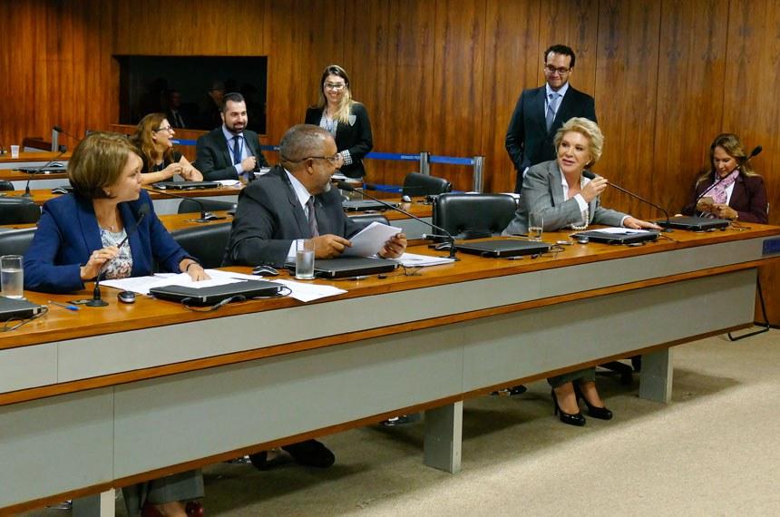Comissão de Direitos Humanos e Legislação Participativa (CDH) realiza reunião com 24 itens. Na pauta, o PLS 382/2011, que obriga cota de brinquedos para crianças com deficiência em shoppings.  Bancada:  senadora Ângela Portela (PDT-RR); senador Paulo Paim (PT-RS); senadora Marta Suplicy (PMDB-SP).  Foto: Roque de Sá/Agência Senado