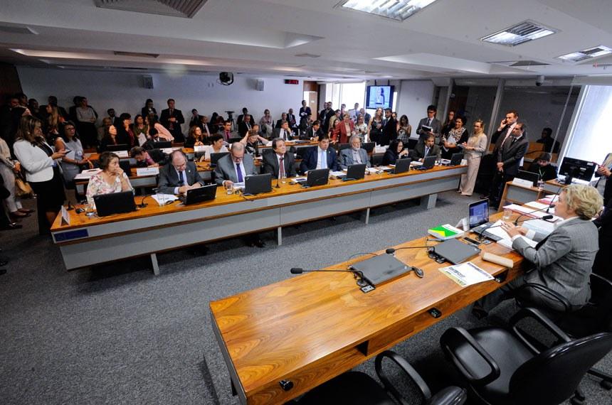 Comissão de Assuntos Sociais (CAS) realiza reunião com 15 itens. Na pauta, PLS 122/2013, que autoriza crédito para material escolar a beneficiários do Bolsa Família.  À mesa, presidente da CAS, senadora Marta Suplicy (PMDB-SP).  Bancada: senadora Maria do Carmo Alves (DEM-SE); senador Dalírio Beber (PSDB-SC);  senador Armando Monteiro (PTB-PE);  senador Waldemir Moka (PMDB-MS); senador Cidinho Santos (PR-MT); senador Airton Sandoval (PMDB-SP);   senadora Rose de Freitas (PMDB-ES); senador Hélio José (Pros-DF);  senador Paulo Rocha (PT-PA);    senadora Regina Sousa (PT-PI);   senadora Vanessa Grazziotin (PCdoB-AM); senadora Ana Amélia (PP-RS).  Foto: Edilson Rodrigues/Agência Senado