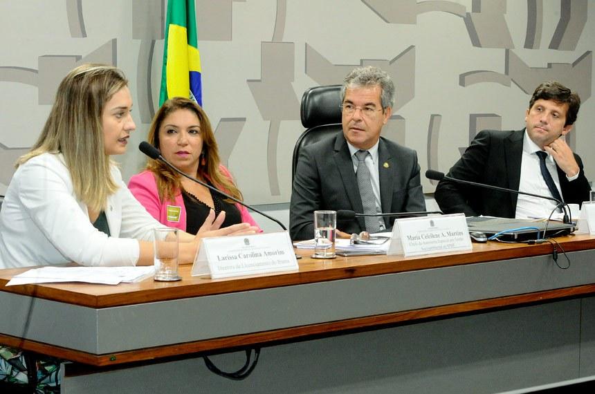 Comissão Mista da Medida Provisória (CMMPV) - MP 809/2017, que trata sobre o fundo de compensação ambiental, realiza audiência interativa com a participação, entre outros, dos presidentes do ICMBio e do Ibama.  Mesa: chefe da Assessoria Especial em Gestão Socioambiental do Ministério de Minas e Energia (MME), Maria Ceicilene Aragão Martins; diretora de licenciamento do Instituto Brasileiro de Meio Ambiente e Recursos Naturais Renováveis (Ibama), Larissa Carolina Amorim; relator da MP 809/2017, senador Jorge Viana (PT-AC); procurador da República e Coordenador do Grupo de Trabalho das Unidades de Conservação, Leandro Mitidieri Figueiredo.  Foto: Waldemir Barreto/Agência Senado
