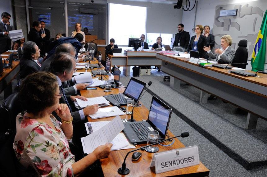 Comissão de Assuntos Sociais (CAS) realiza reunião com 15 itens. Na pauta, PLS 122/2013, que autoriza crédito para material escolar a beneficiários do Bolsa Família.  Presidente da CAS, senadora Marta Suplicy (PMDB-SP) à mesa.  Bancada:  senadora Maria do Carmo Alves (DEM-SE); senador Armando Monteiro (PTB-PE); senador Dalírio Beber (PSDB-SC); senador Waldemir Moka (PMDB-MS).   Foto: Edilson Rodrigues/Agência Senado
