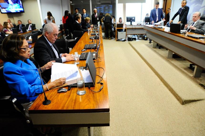Comissão de Assuntos Econômicos (CAE) realiza reunião deliberativa com 8 itens na pauta. Entre eles, o PLC 93/2017, que cria cargos efetivos no quadro de pessoal do TRE/SP.   À mesa, presidente da CAE, senador Tasso Jereissati (PSDB-CE).  À bancada: senadora Lídice da Mata (PSB-BA); senador Otto Alencar (PSD-BA); senador Ataídes Oliveira (PSDB-TO) senadora Lúcia Vânia (PSB-GO).   Foto: Geraldo Magela/Agência Senado