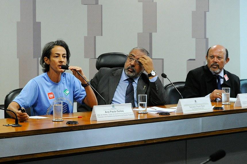 Comissão de Direitos Humanos e Legislação Participativa (CDH) realiza audiência interativa para tratar sobre o dia Mundial de Conscientização do Autismo.  Mesa: mãe de autista, titular da Gerência de Atendimento a Pessoas com Autismo do Governo do Distrito Federal, Ana Paula Gulias; vice-presidente da CDH, senador Paulo Paim (PT-RS); assessor da Secretaria Nacional dos Direitos da Pessoa com Deficiência do Ministério dos Direitos Humanos (SNDP/MDH), Josué Ribeiro.  Foto: Geraldo Magela/Agência Senado