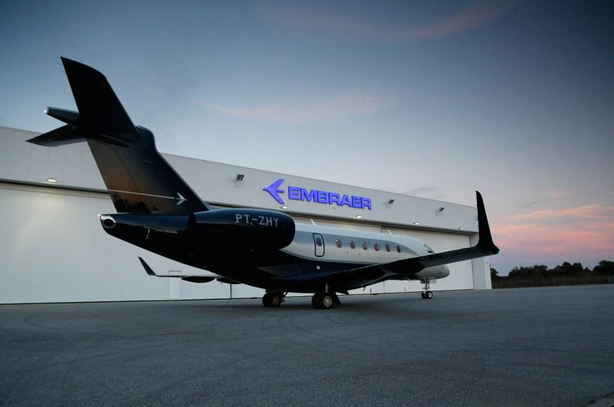 Avião modelo Legacy fabricado pela Embraer