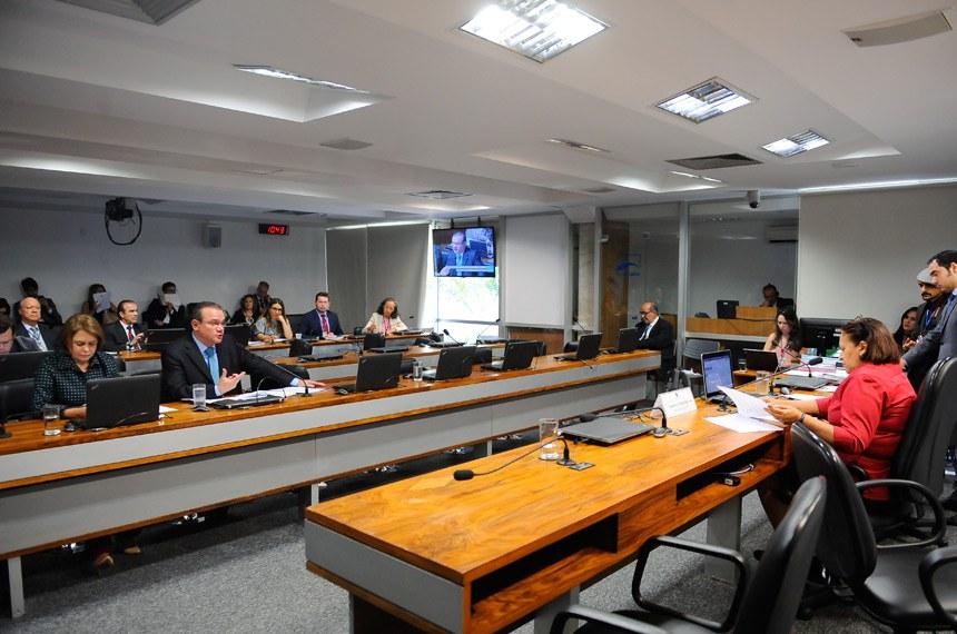 Comissão de Desenvolvimento Regional e Turismo (CDR) realiza reunião deliberativa com 10 itens na pauta. Entre eles, o PLC 111/2015, que facilita manutenção de poços artesianos em cidades do semiárido.  À mesa: presidente da CDR, senadora Fátima Bezerra (PT-RN).  Foto: Pedro França/Agência Senado