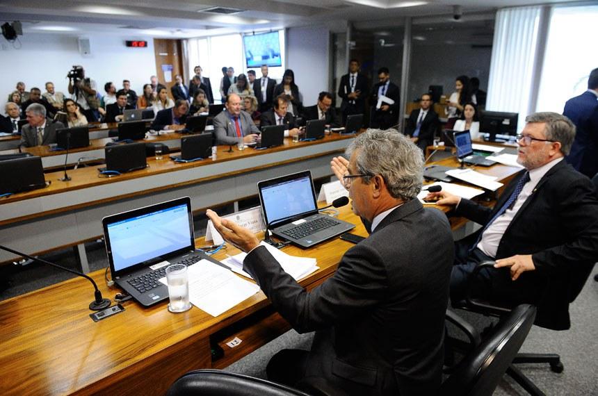 Comissão Mista da Medida Provisória (CMMPV) nº 809/2017, que trata do fundo de compensação ambiental, realiza reunião para apreciação de relatório. Mesa:presidente da MP 809/2017, deputado Assis do Couto (PDT-PR);relator da MP 809/2017, senador Jorge Viana (PT-AC).Foto: Marcos Oliveira/Agência Senado