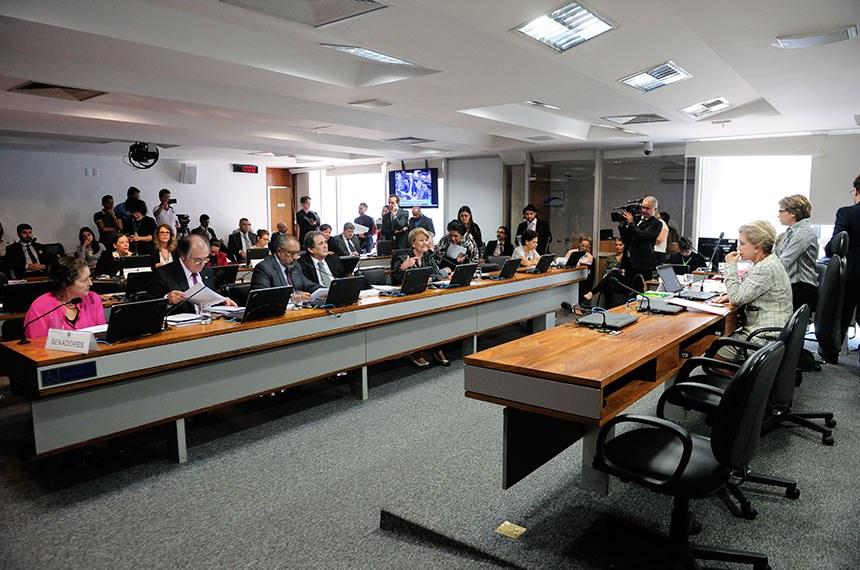 Comissão de Assuntos Sociais (CAS) realiza reunião com 16 itens. Entre eles, o PLC 73/2011, que trata do pagamento dos honorários de intérprete judicial.  À mesa, presidente da CAS, senadora Marta Suplicy (PMDB-SP).  Bancada: senadora Maria do Carmo Alves (DEM-SE); senador Dalírio Beber (PSDB-SC);  senador Paulo Paim (PT-RS); senador Waldemir Moka (PMDB-MS);  senadora Ana Amélia (PP-RS); senador Airton Sandoval (PMDB-SP); senadora Regina Sousa (PT-PI).  Foto: Pedro França/Agência Senado