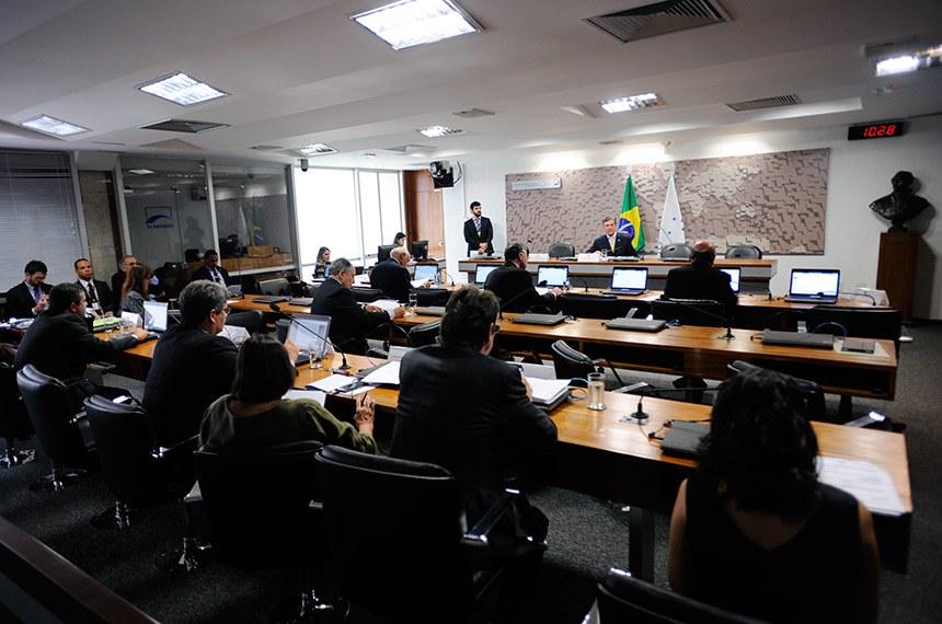 Comissão de Relações Exteriores e Defesa Nacional (CRE) realiza reunião para apreciação de acordos internacionais.  À mesa, presidente da CRE, senador Fernando Collor (PTC-AL).  Bancada: senador Flexa Ribeiro (PSDB-PA);  senador Fernando Bezerra Coelho (PMDB-PE); senador Lasier Martins (PSD-RS).  Foto: Edilson Rodrigues/Agência Senado